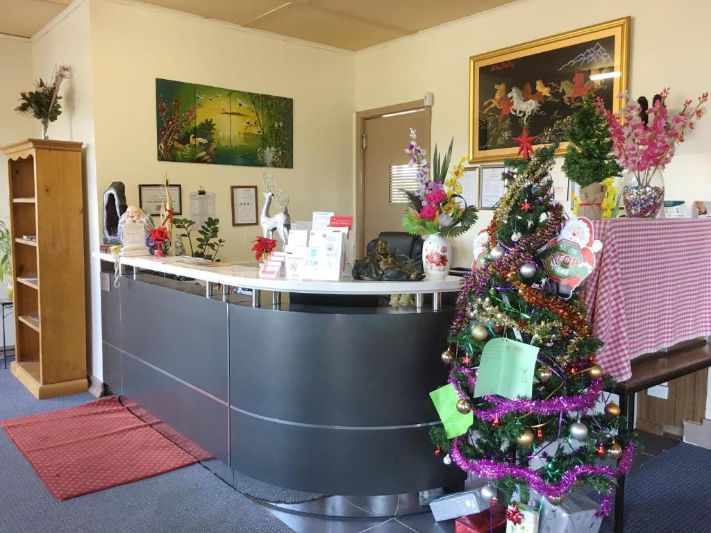 The lobby or reception area at Statesman Motor Inn