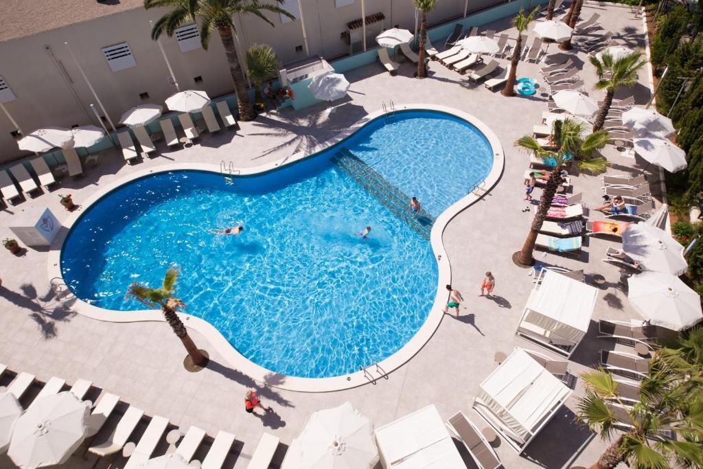 Utsikt över poolen vid BH Mallorca Apartments eller i närheten