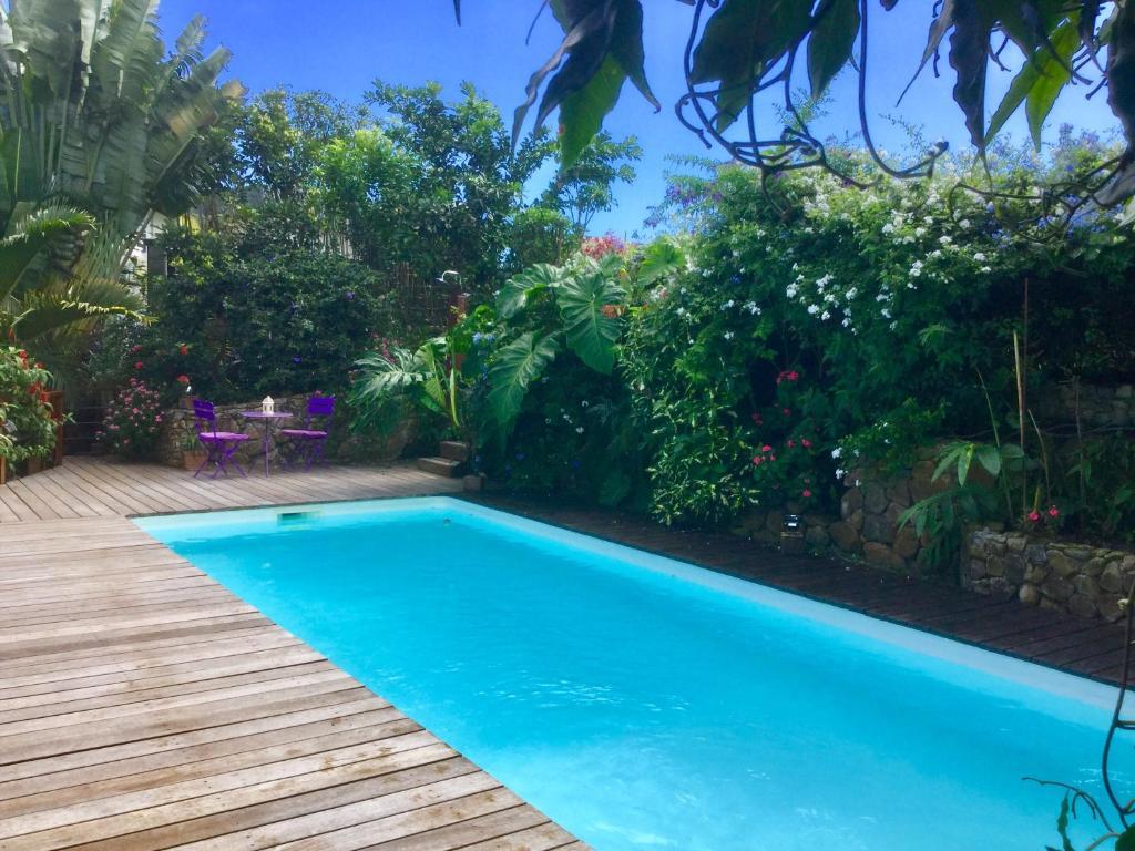 A piscina localizada em Fare Sunny ou nos arredores