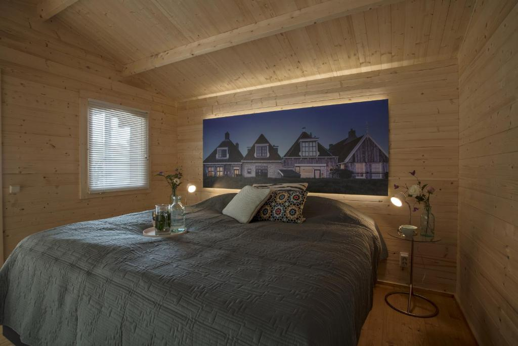 A bed or beds in a room at Lodgehotel de Lelie