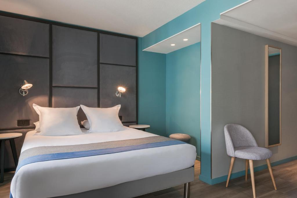 A bed or beds in a room at Quality Hotel & Suites Bercy Bibliothèque by HappyCulture