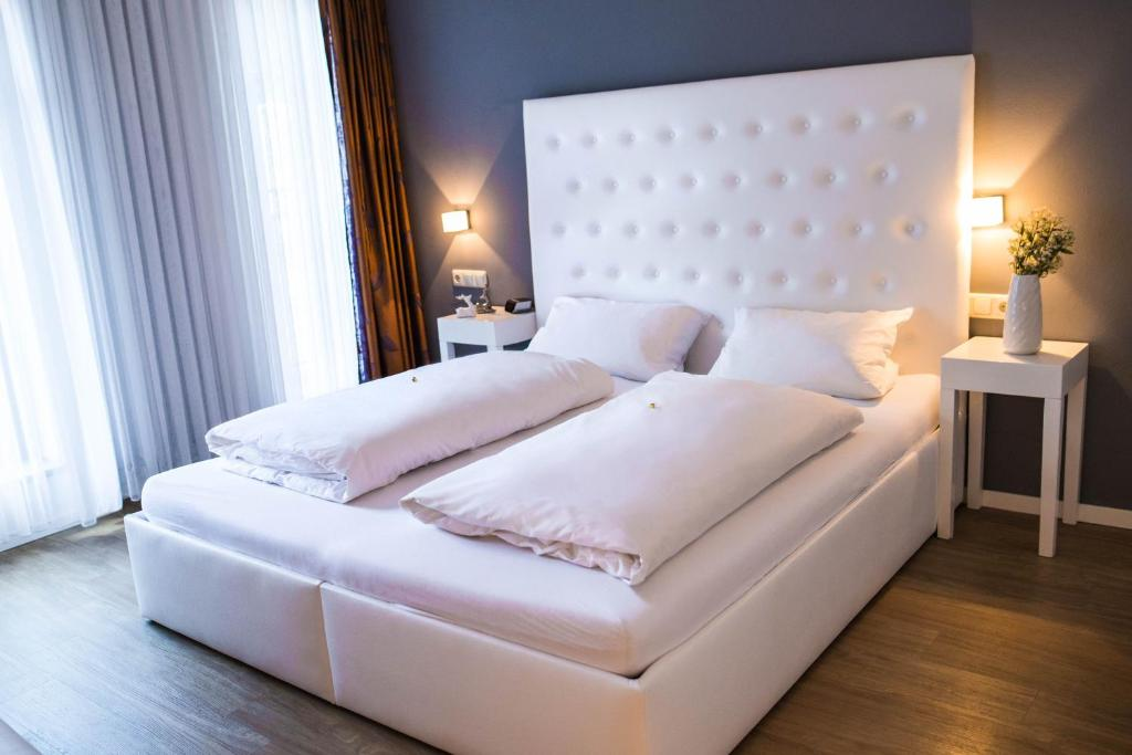 A bed or beds in a room at Hotel Domizil