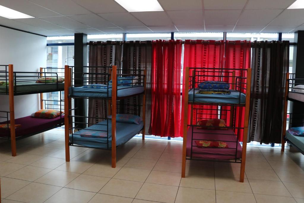 Uma ou mais camas em beliche em um quarto em Mahana Lodge Hostel & Backpacker
