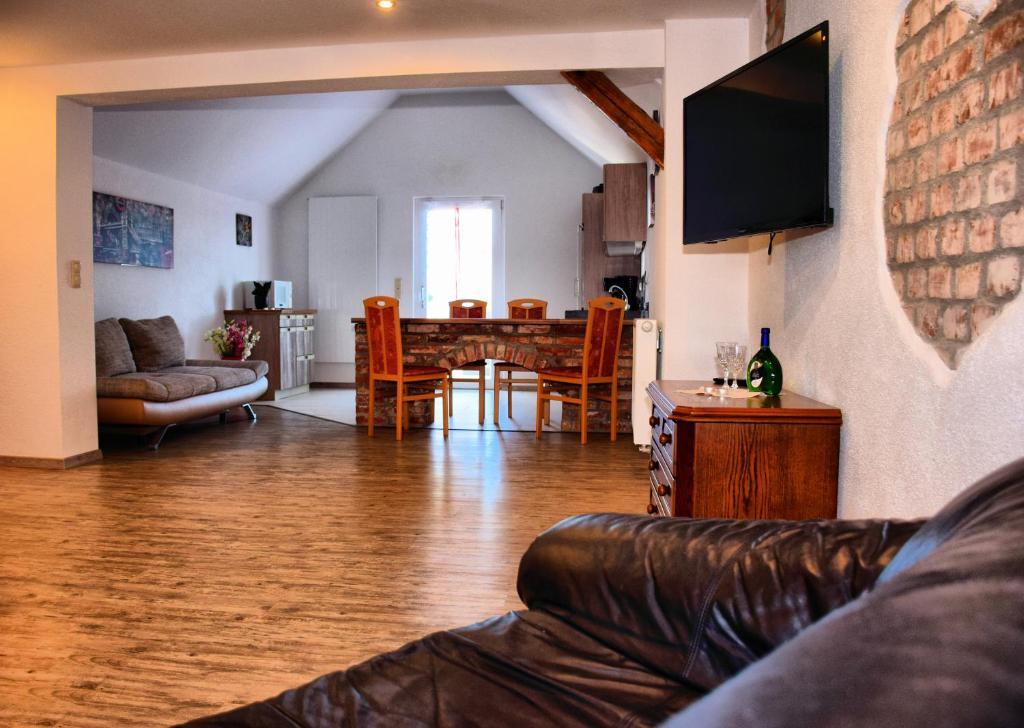 Ein Sitzbereich in der Unterkunft Ferienwohnungen Louisenblick