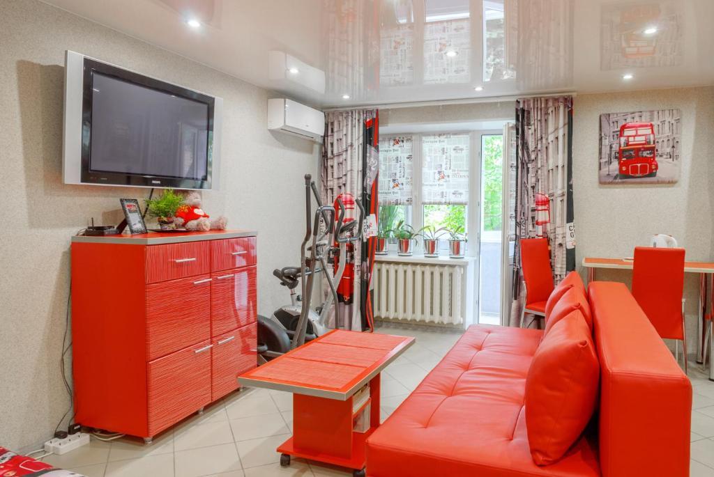 Телевизор и/или развлекательный центр в Red Bus Apartment na Mira