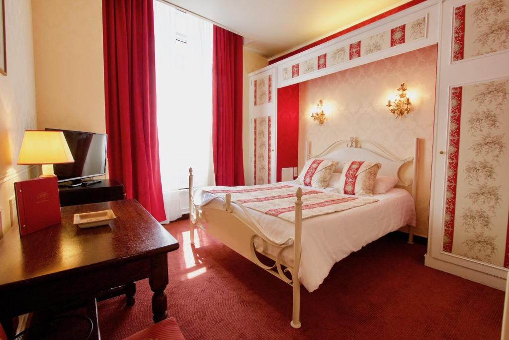 A bed or beds in a room at Hotel de la Bretonnerie