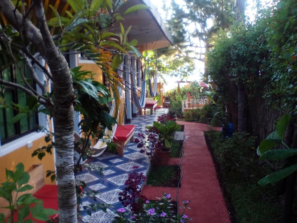 A garden outside Hotel y Restaurante Playa Linda
