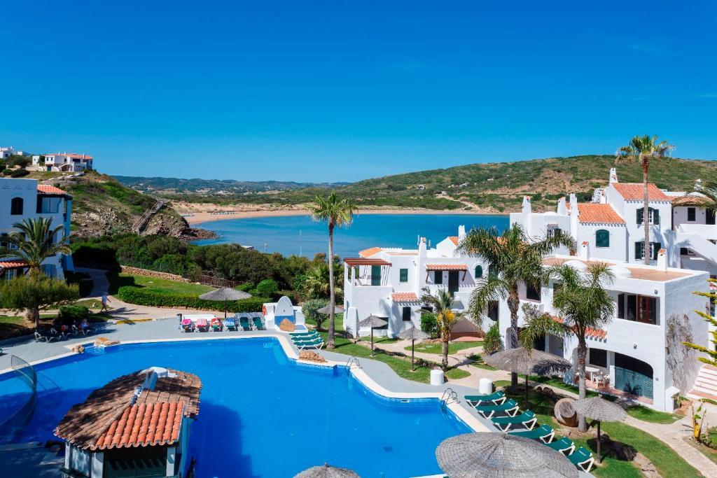 Vista sulla piscina di Carema Garden Village o su una piscina nei dintorni