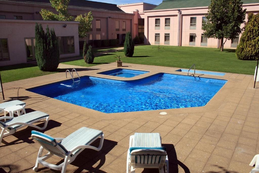 Бассейн в Hotel Diego de Almagro Los Angeles или поблизости