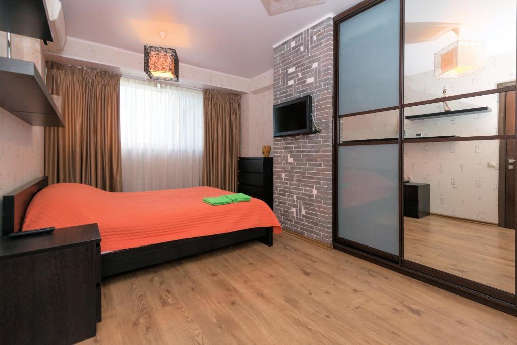 Кровать или кровати в номере Home Like on Sovetskaya 1