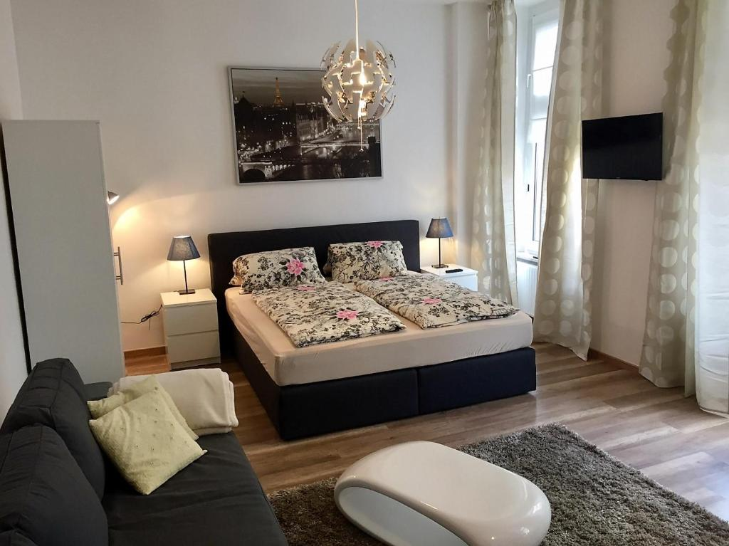 A bed or beds in a room at Köln City Apartments