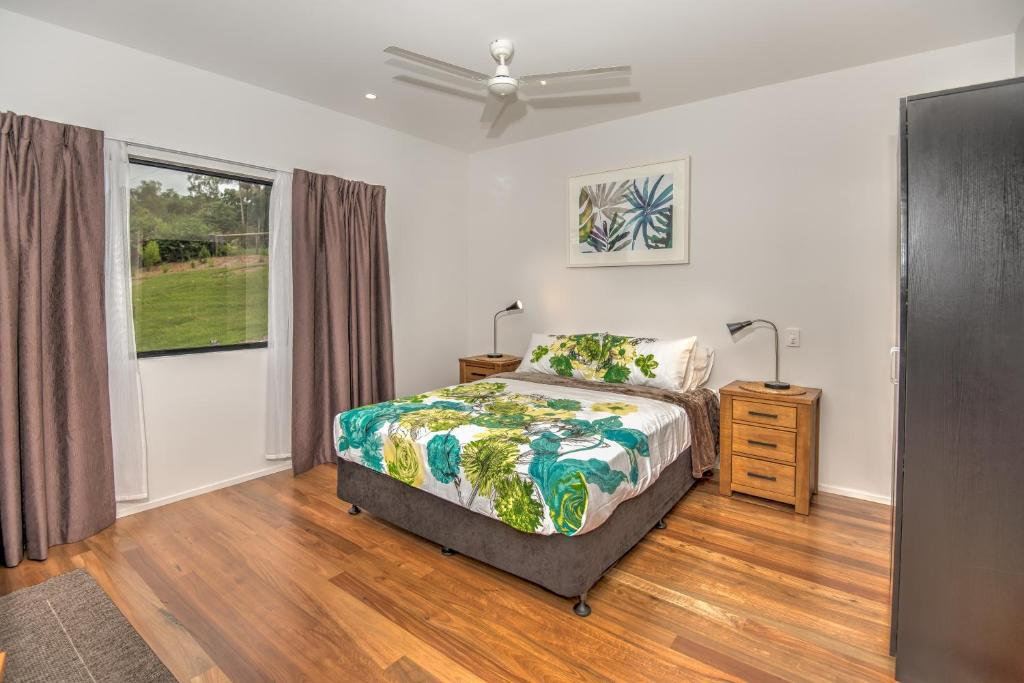 A bed or beds in a room at Eumundi Cottages - Cottage 1