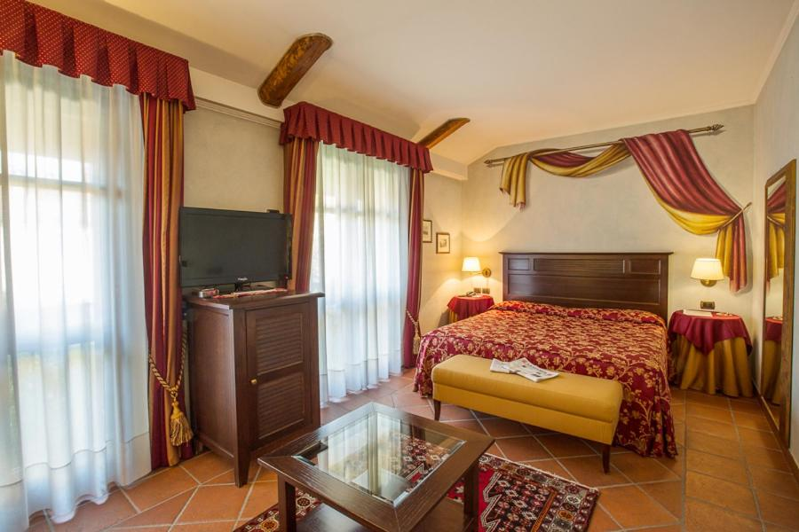 A bed or beds in a room at Romantic Hotel Furno