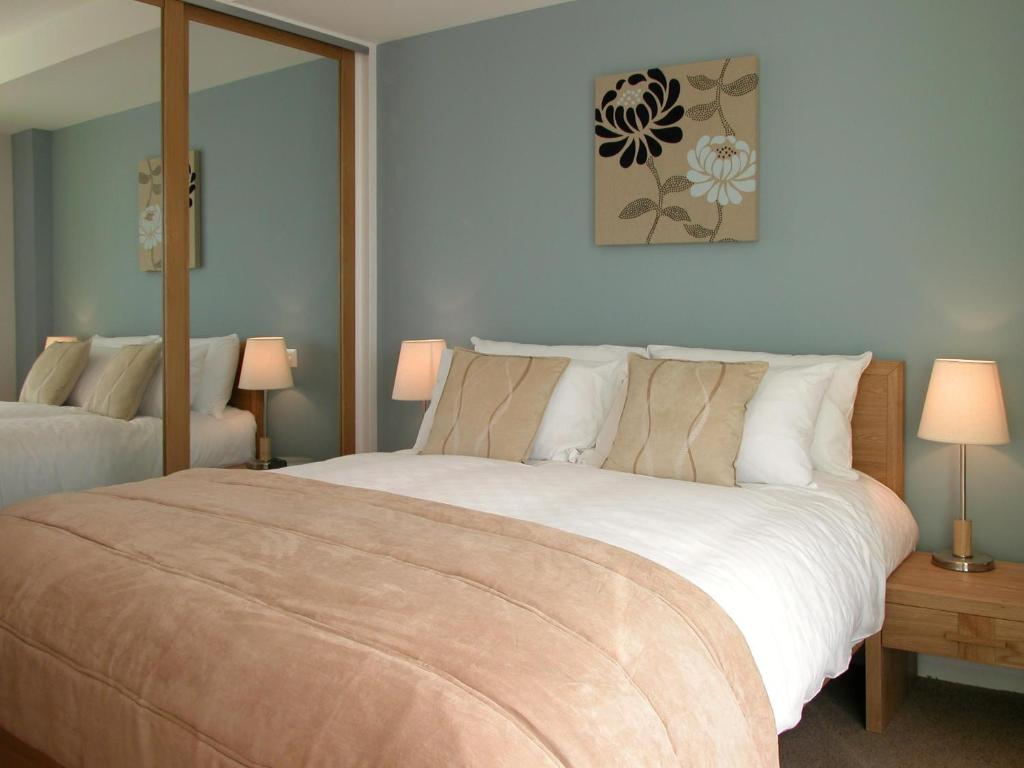 A bed or beds in a room at Liberty Wharf Apartments