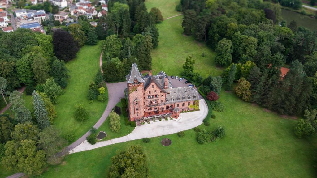 Blick auf Gästehaus Schloss Saareck aus der Vogelperspektive