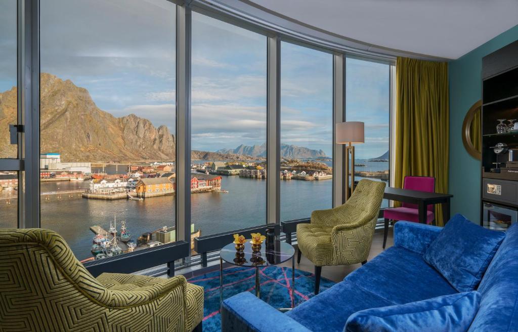 A seating area at Thon Hotel Lofoten