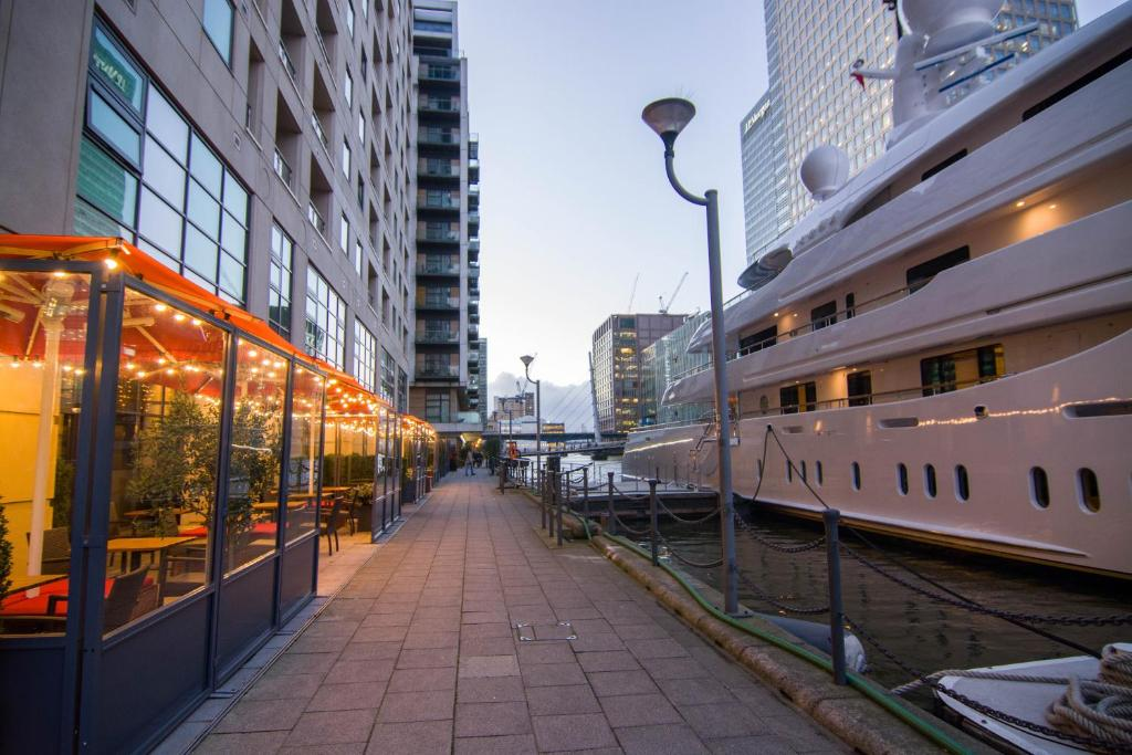 Apartment Wharf- Discovery Dock East in London, Greater London, England