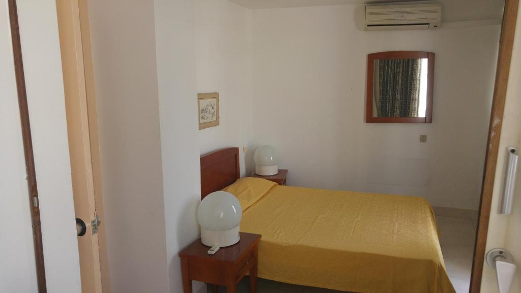 Een bed of bedden in een kamer bij Edificio Albufeira Apartamentos A. Local - Albuturismo Lda