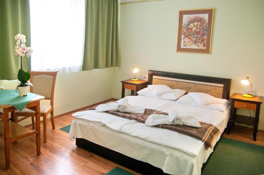 Кровать или кровати в номере Majerik Hotel