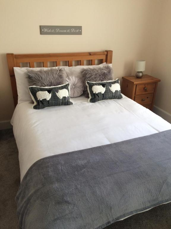 A bed or beds in a room at Edgehill B&B
