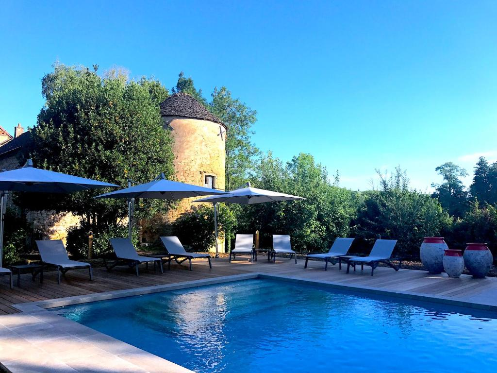 The swimming pool at or near Château D'igé