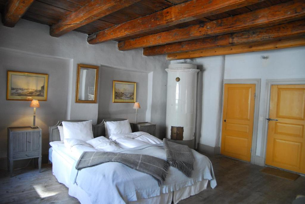 A bed or beds in a room at Hotel Sven Vintappare
