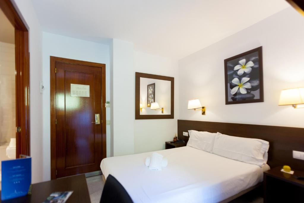 Кровать или кровати в номере Silken Insitu Eurotel Andorra