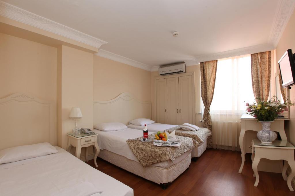 سرير أو أسرّة في غرفة في فندق سيركيجي بارك