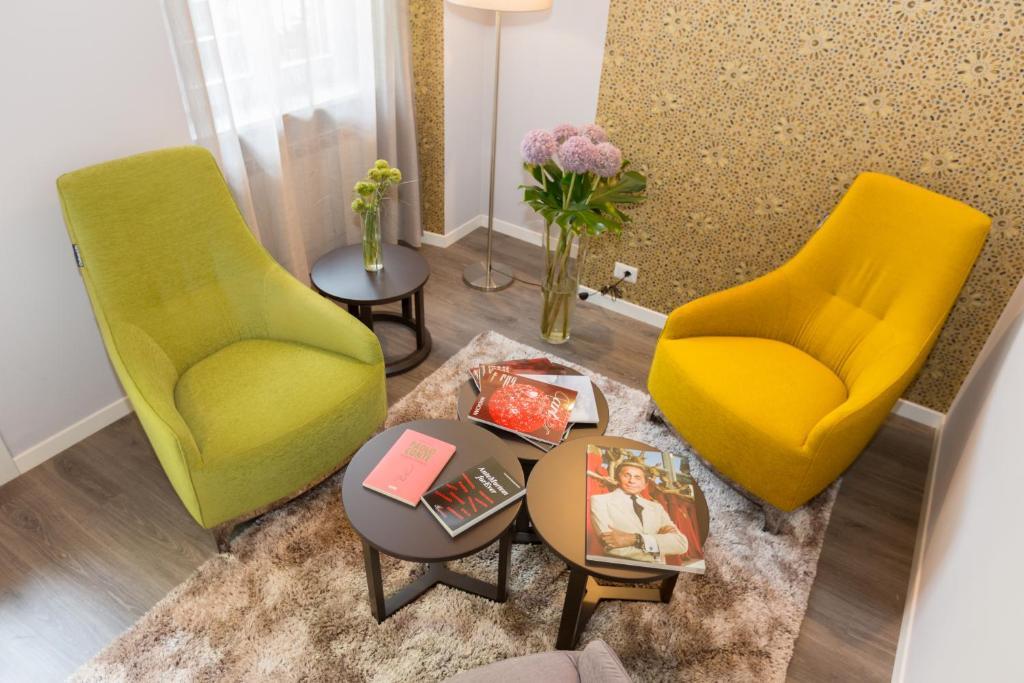 A seating area at Ai Suma Hotel