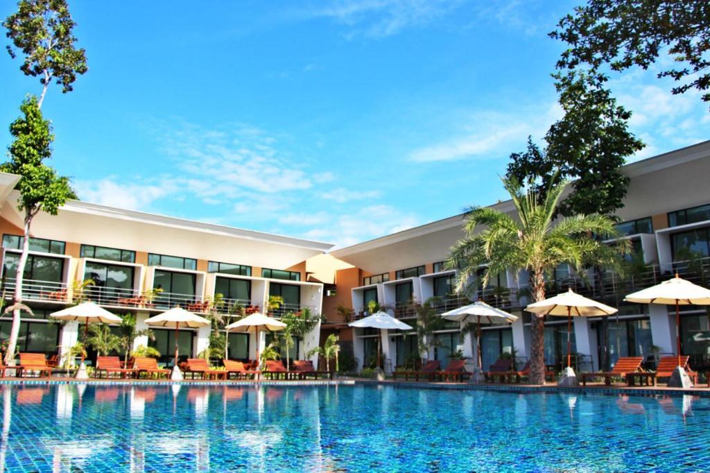 Der Swimmingpool an oder in der Nähe von Bundhaya Resort
