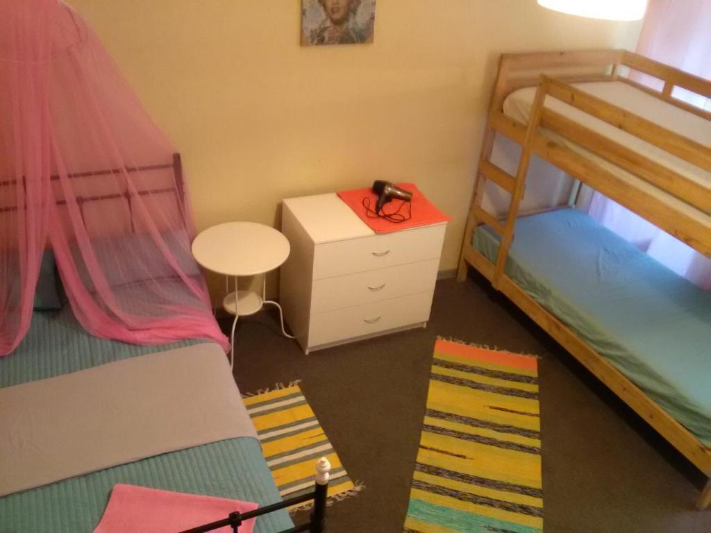 Двухъярусная кровать или двухъярусные кровати в номере Апартаменты в центре