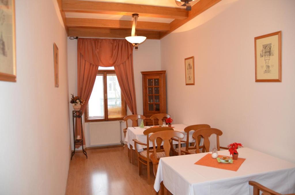 Reštaurácia alebo iné gastronomické zariadenie v ubytovaní Penzion Scarlet