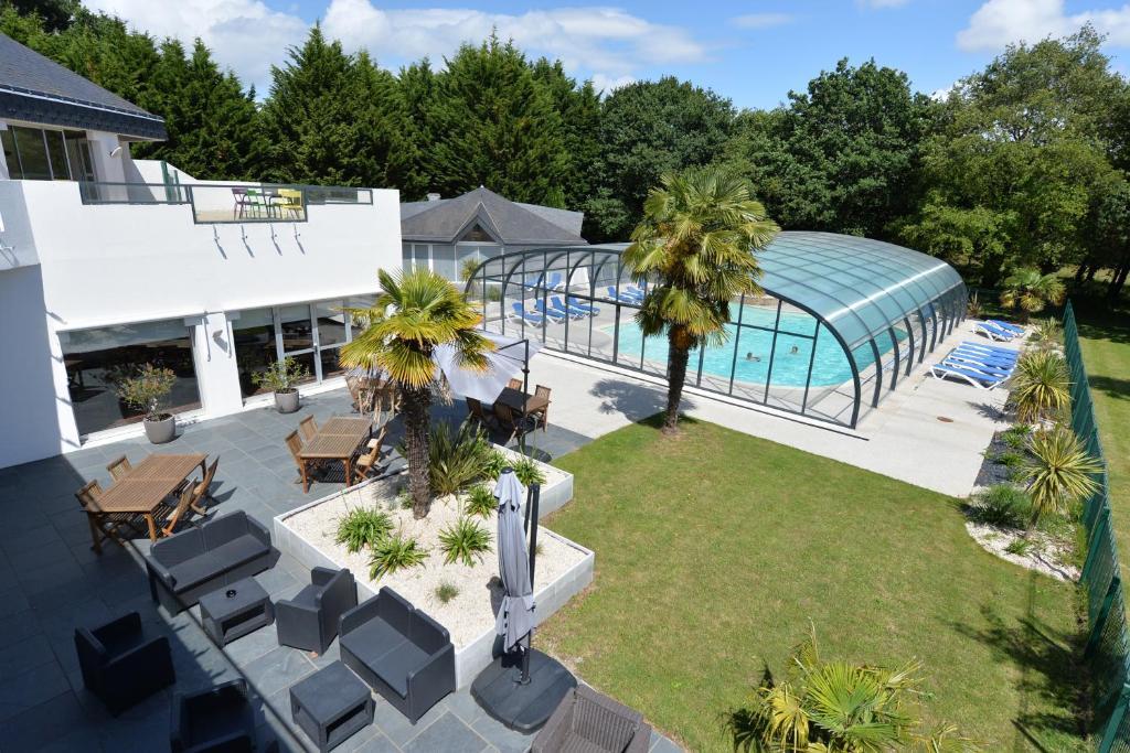 Vue sur la piscine de l'établissement Hôtel du Golf Saint-Laurent,The Originals Relais ou sur une piscine à proximité