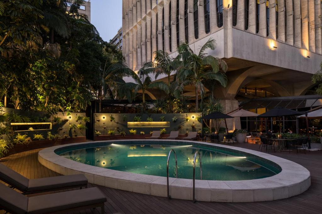 A piscina localizada em Tivoli Mofarrej São Paulo ou nos arredores