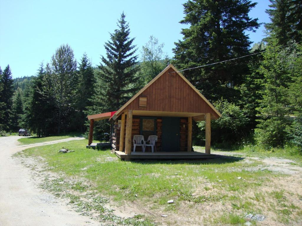 A garden outside Helmcken Falls Lodge, Cabin, Chalet rooms and RV Park