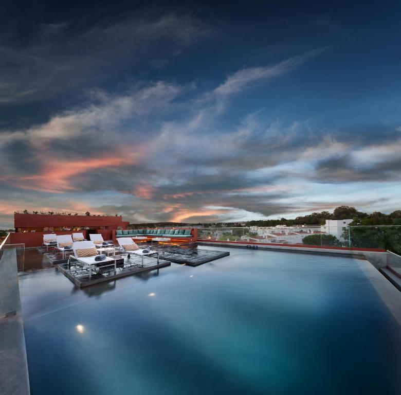 A piscina localizada em Vitoria Stone Hotel ou nos arredores