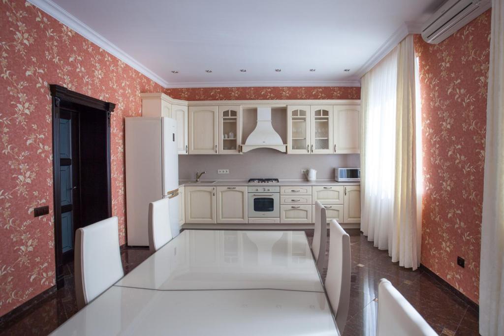 Кухня или мини-кухня в Relax & Leasure Villa
