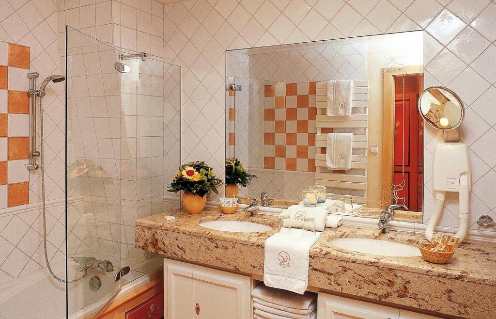 A bathroom at Hotel Saint-Martin