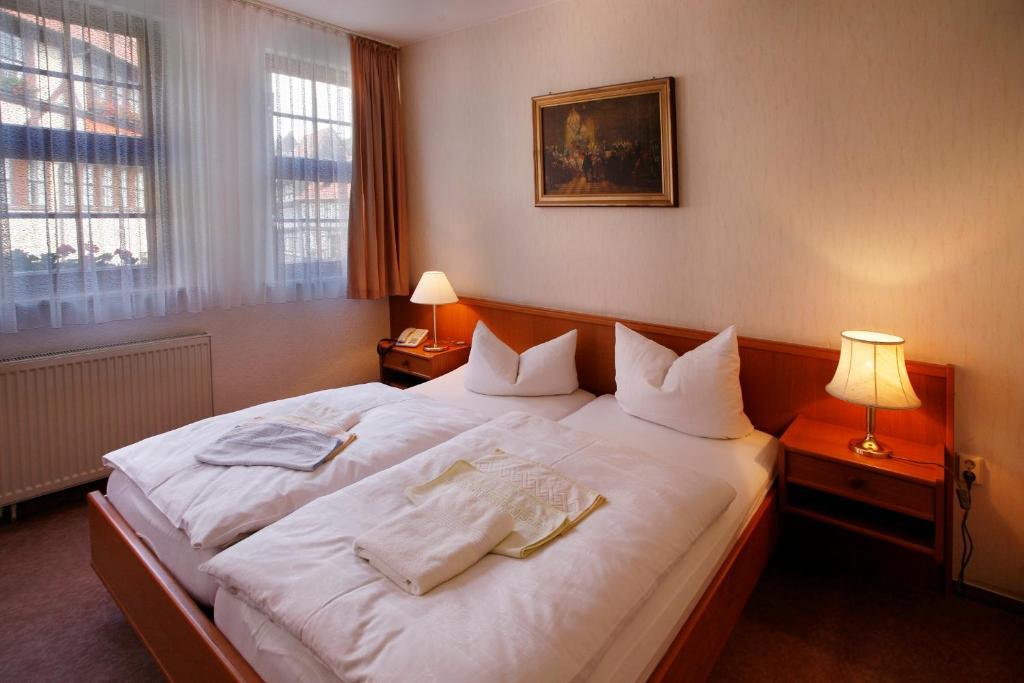 Ein Bett oder Betten in einem Zimmer der Unterkunft Hotel Zum Kanzler