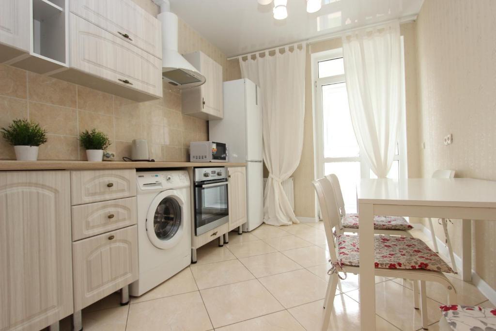 Кухня или мини-кухня в Apartment on Krasnaya 176