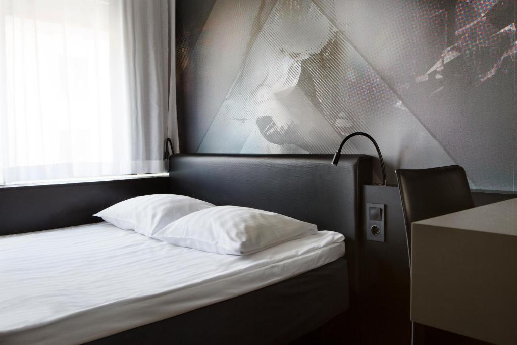 A bed or beds in a room at Comfort Hotel Xpress Stockholm Central