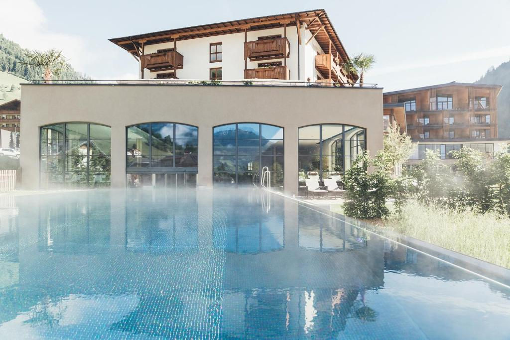 Der Swimmingpool an oder in der Nähe von Hotel Nesslerhof