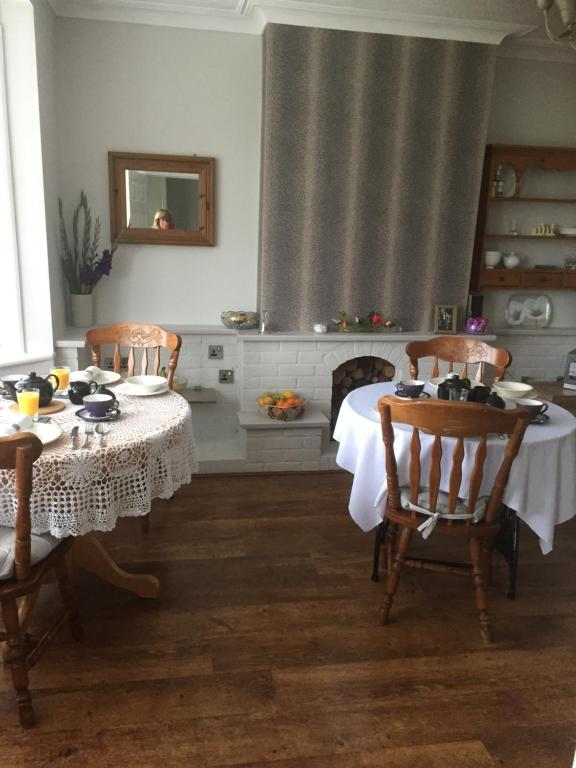 A restaurant or other place to eat at Southend Airport Bed & Breakfast