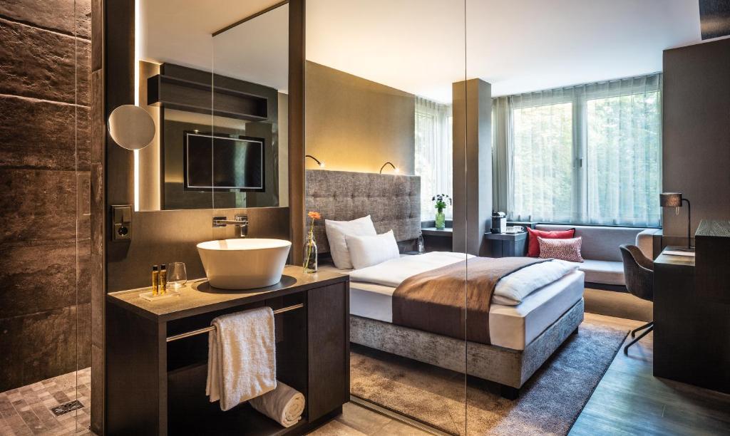 A bathroom at SAKS Urban Design Hotel Frankfurt