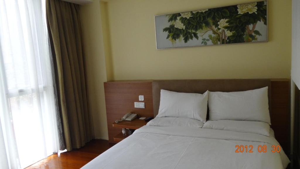 A bed or beds in a room at JI Hotel Dongdan Beijing