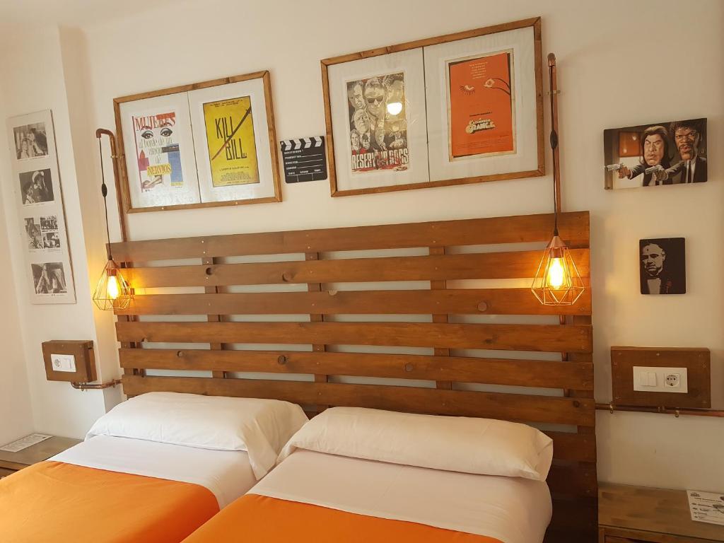 Cama o camas de una habitación en Barri Antic Hostel & Pub
