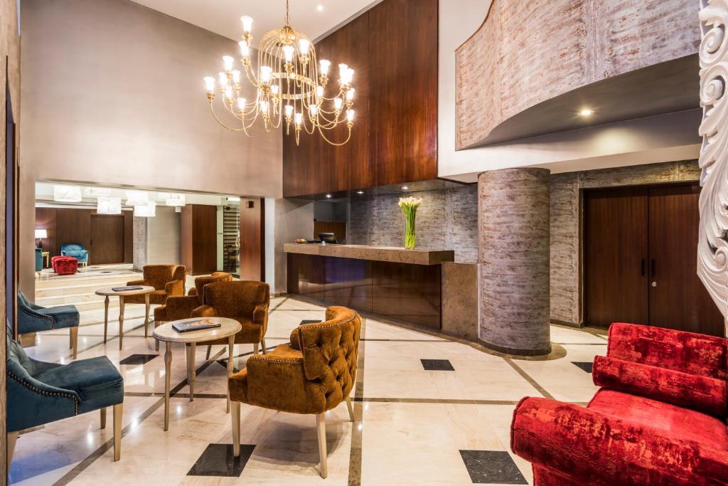 The lounge or bar area at GHL Hotel Hamilton