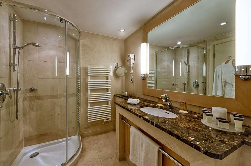 A bathroom at Hyatt Regency Nice Palais de la Méditerranée