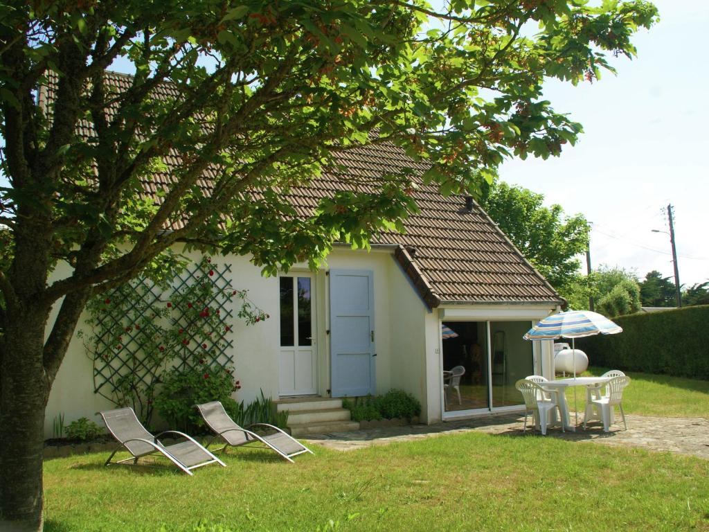 Cozy Holiday Home in Saint-Germain-sur-Ay with garden