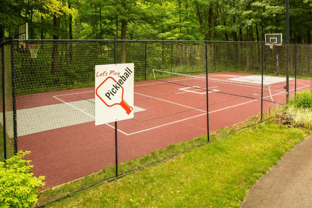 Tennis and/or squash facilities at Hidden Serenity Bed and Breakfast or nearby